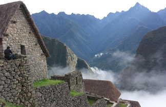 petite maison en pierre à l'entrée du site du Machu Picchu