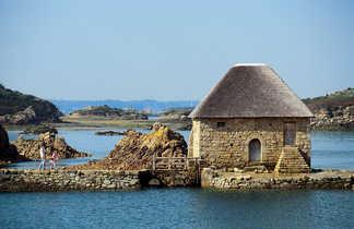 petite maison en pierre  au milieu de l'eau sur l'île de brehat