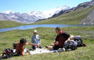 Pique-nique près d'un lac d'altitude dans le Valais