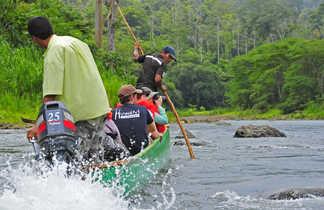 Pirogue sur le Rio Yorking pour se rendre chez les indiens Bribri, entre Costa Rica et Panama