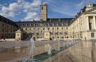 La place de la libération avec des fontaines à dijon