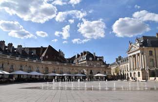 Place de la libération à Dijon avec les fontaines en premier plan