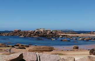 Plage sauvage sur la côte de Granit Rose
