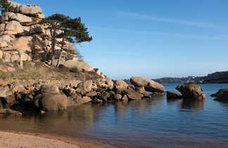 plage sauvage sur la côte de Granit Rose en Bretagne