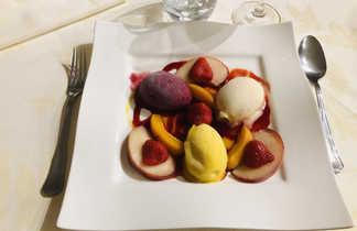 dessert avec des fruits rouges sur une assiette blanche
