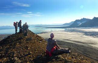 Point de vue lors d'une randonnée au Spitzberg, vue sur le glacier de Svéabreen et l'Isfjord