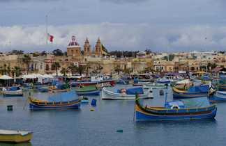 Port de pêche avec ces bateaux multicolores typiques du sud de l'île