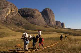 Porteurs et randonneurs à Madagascar