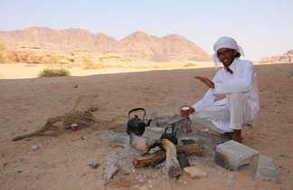 Préparation du thé par notre équipe locale dans le Wadi Rum
