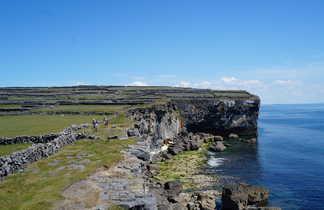 Randonnée en Irlande, falaises sur l'île d'Aran
