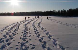 Randonnée en raquettes sur un lac gelé