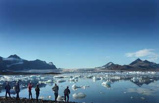 Randonnée sur une plage au Spitzberg pour observer les glaciers
