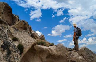 Randonneur admirant la beauté des paysages de la Cappadoce en Turquie