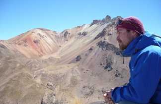Randonneur au mirador du volcan Tunupa
