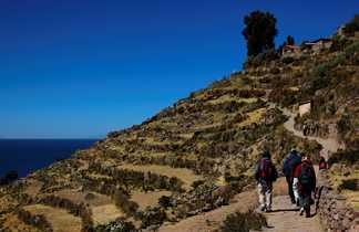 randonneurs au bord du lac Titicaca, au milieu des terrasses incas