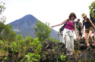 randonneurs au pied du volcan Arenal