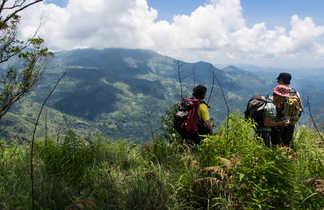 Randonneurs admirant le  paysage de montagne lors d'une randonnée