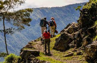 Randonneurs dans la vallée Baliem en Papouasie occidentale