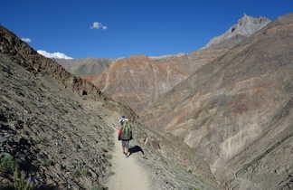 Randonneurs dans une vallée du Zanskar au Ladakh