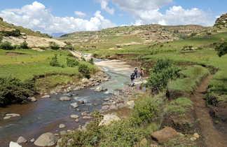 Randonneurs le long de la rivière dans le Lesotho
