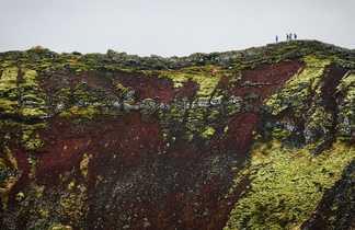 Photo de randonneurs sur un cratère
