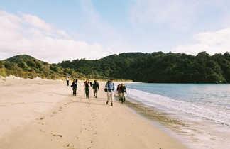 Randonneurs sur la plage et le Routeburn track