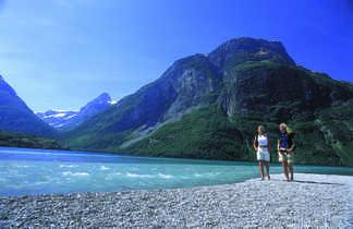 Randonneuses au bord d'un lac en Norvège du Nord