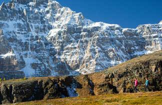 Randonnneurs sur le Sentinel pass, dans le parc national de Banff au Canada