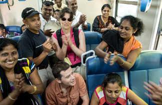 Rencontre entre un groupe de voyageurs et des Sri lankais dans un train au Sri Lanka
