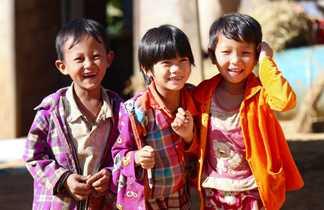 Enfants birmans qui rient