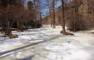 Rivière gelée dans les montagnes du Saridag