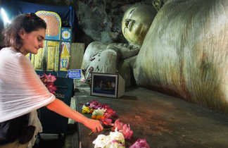 Scène d'offrandes à Bouddha dans un temple au Sri Lanka
