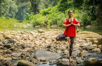 Séance de yoga dans la nature au Sri Lanka