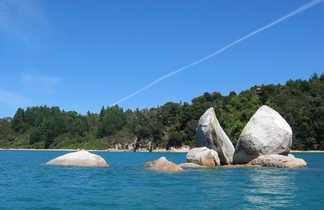 """""""Split apple rock"""" visible sur les rives du Parc Naturel d'Abel Tasman"""