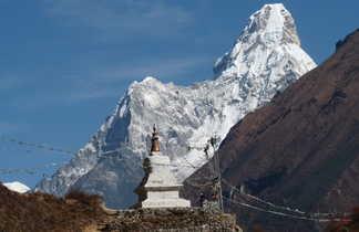 Stupa avec l'Ama Dablam en arrière plan, dans la région de l'Everest