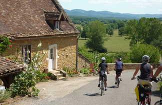 Groupe de cyclistes à côté d' une maison en descendant