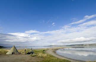 Tente lavvo au finnmark en bord de fjord