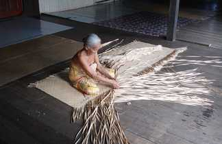 Tissage traditionnel d'une habitante, Sarawak
