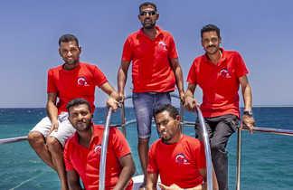 Tout de rouge vêtus, une partie de l'équipage du Ghani