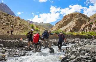 Traversée de rivière pour les voyageurs à Zanskar