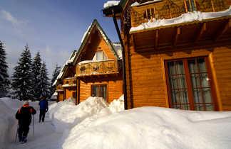 Traversée en raquettes d'un petit hameau des Carpates ukrainiennes