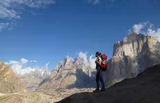Trekkeur devant les tours de Trango au Pakistan