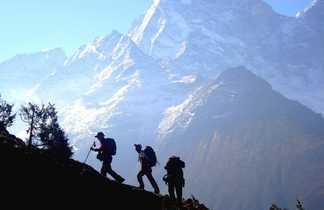 Trekkeurs face aux montagnes du Khumbu