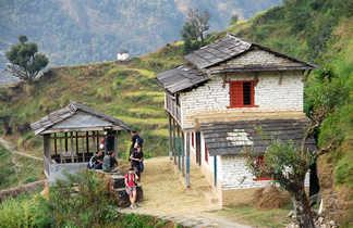 Trekkeurs faisant une pause sur le chemin du Sanctuaire des Annapurnas