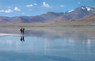 Trekkeurs sur les rives du lac Tso Kar, dans le Changtang