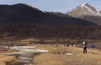 Trekking sur la rivière gelée pour la transhumance dans le massif du Khoridol Saridag