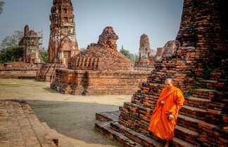 Un moine au temple d'Ayutthaya