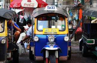 Un taxi tuk tuk dans les rues de Bangkok