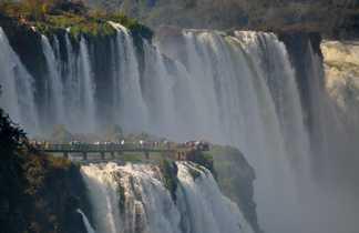 Une passerelle en plein coeur des chutes d'Iguazu, entre Argentine et Brésil