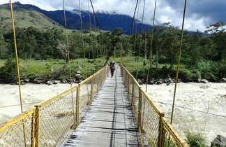 Randonneur sur un pont, Vallée de Baliem, Papouasie, Indonésie
